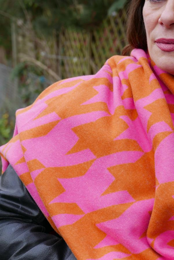 Giant Houndstooth Ortensia Nepal Pink Orange Stofftraeume4you ALBSTOFFE cuddly jacquard sewing example Cigdem cloth close