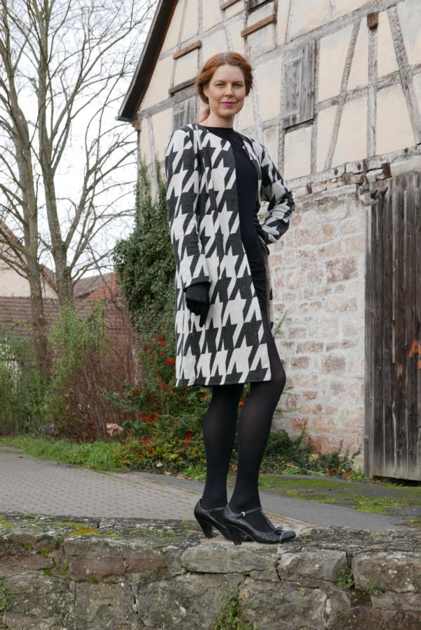 Giant Houndstooth Black Stofftraeume4you ALBSTOFFE cuddly jacquard sewing example Jenny with cardigan